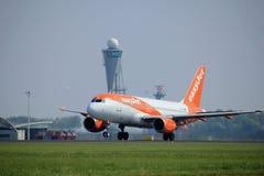 Amsterdam los Países Bajos - 6 de mayo de 2017: EasyJet Airbus A319 de G-EZDA Fotos de archivo libres de regalías