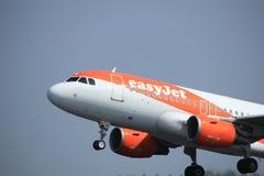 Amsterdam los Países Bajos - 6 de mayo de 2017: EasyJet Airbus A319 de G-EZDA Fotografía de archivo libre de regalías