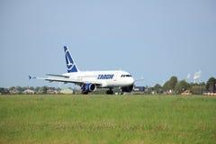 Amsterdam, los Países Bajos - puede, 11mo 2015: YR-ASA TAROM Airbus Foto de archivo libre de regalías