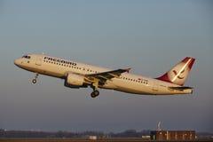Amsterdam Lotniskowy Schiphol - Freebird Airlines Aerobus A320-214 bierze daleko Zdjęcia Stock