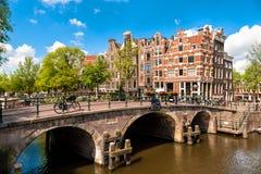 Amsterdam lutande byggnader och kanaler Royaltyfri Fotografi