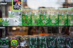 AMSTERDAM - 13 MAGGIO: Candy e biscotti con marijuana da vendere nel coffeeshop il 13 maggio Fotografia Stock Libera da Diritti