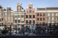 AMSTERDAM - 13. MAI: Fahrräder parkten auf einer Brücke über den Kanälen von Amsterdam Lizenzfreies Stockfoto