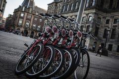 AMSTERDAM - MAJ 13: Cyklar som parkeras på en bro över kanalerna av Amsterdam Royaltyfria Foton