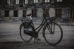 AMSTERDAM - MAJ 13: Cyklar som parkeras på en bro över kanalerna av Amsterdam Arkivbilder