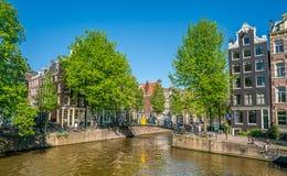 Amsterdam, Maj 7 2018 - stary most krzyżuje Brouwersgracht obrazy royalty free