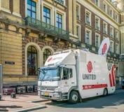 Amsterdam, Maj 7 2018 - Telewizyjny Uplink samochód dostawczego przed AM zdjęcia royalty free