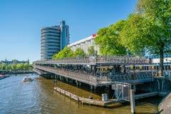 Amsterdam Maj 7 2018 - turist- fartyg på Prinsen Hendrikkade w arkivfoton