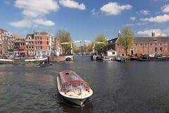 Amsterdam med fartyg på kanalen i Holland Royaltyfri Fotografi