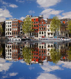 Amsterdam med fartyg på kanalen i Holland Arkivbilder