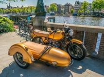 Amsterdam, 7 Mei 2018 - resotred oude motorfiets met sidecar pari stock fotografie