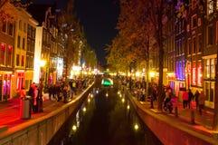 1 Amsterdam-mei: Rood lichtdistrict (Wallen) bij nacht op 1,2015 Mei in Amsterdam, Nederland Stock Afbeelding