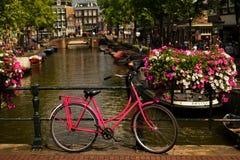 Amsterdam miasta rower na kanałowym moscie obraz royalty free