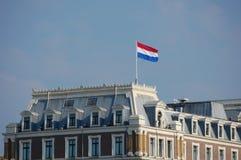 Amsterdam mit der holländischen Markierungsfahne Lizenzfreies Stockbild