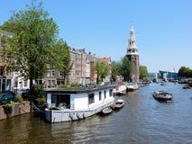 Amsterdam mitt - kanal Oudeschans, kanalhus med tornet Montelbaanstoren Royaltyfria Bilder