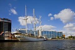 Amsterdam nabrzeże z wysokim statkiem obraz royalty free