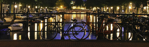 Amsterdam-Nachtcanal street-Szene Stockfotos