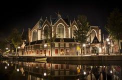 Amsterdam natt: Den Oude kyrkan Royaltyfria Foton