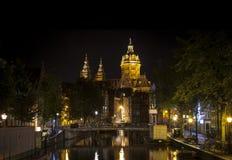 Amsterdam natt: Kyrka av St Nicholas arkivbild