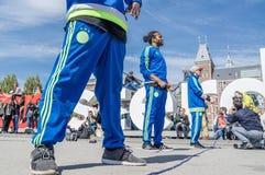 Amsterdam Nederländerna - April 31, 2017 - Ajax Amsterdam den breakdancing gruppen som utför i staden på Iet Arkivbild