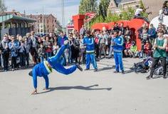 Amsterdam Nederländerna - April 31, 2017 - Ajax Amsterdam den breakdancing gruppen som utför i staden på Iet Arkivfoto