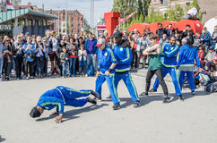 Amsterdam Nederländerna - April 31, 2017 - Ajax Amsterdam den breakdancing gruppen som utför i staden på Iet Fotografering för Bildbyråer