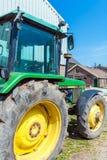 AMSTERDAM NEDERLÄNDERNA - APRIL 3, 2008: En stor traktorgräsplanhjort Arkivbilder