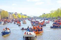 AMSTERDAM NEDERLÄNDERNA - APRIL 27: Folk som firar konungdag Arkivfoton