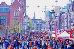 AMSTERDAM NEDERLÄNDERNA - APRIL 27: Folk som firar konungdag Arkivbild