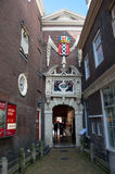 AMSTERDAM NEDERLÄNDERNA - APRIL 27,2015: Ingång av det Amsterdam museet med vapenskölden av Amsterdam Royaltyfria Bilder