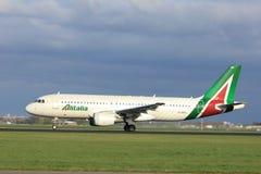 Amsterdam Nederländerna - April 7th, 2017: Flygbuss A320 för EI-DSL Alitalia Royaltyfria Bilder