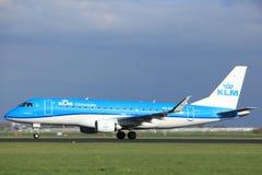 Amsterdam Nederländerna - April 7th, 2017: PH-EXL KLM Cityhopper Embraer ERJ-175 Royaltyfri Bild
