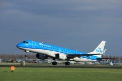 Amsterdam Nederländerna - April 7th, 2017: PH-EZA KLM Embraer Royaltyfria Bilder