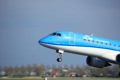 Amsterdam Nederländerna - April 7th, 2017: PH-EZB KLM Cityhopper Arkivfoton