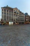 AMSTERDAM NEDERLÄNDERNA - APRIL 4, 2008: Turister går framme av Arkivbilder
