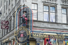 Amsterdam Nederländerna - April 31, 2017: Väntande på besökare för madam Tussaud arkivfoton