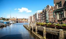 AMSTERDAM NEDERLÄNDERNA - AUGUSTI 15, 2016: Berömda byggnader av närbilden för Amsterdam stadsmitt Arkivfoton