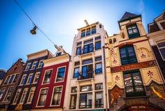 AMSTERDAM NEDERLÄNDERNA - AUGUSTI 15, 2016: Berömda byggnader av närbilden för Amsterdam stadsmitt Royaltyfria Bilder