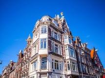 AMSTERDAM NEDERLÄNDERNA - AUGUSTI 15, 2016: Berömda byggnader av närbilden för Amsterdam stadsmitt Fotografering för Bildbyråer