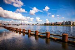 AMSTERDAM NEDERLÄNDERNA - AUGUSTI 15, 2016: Berömda byggnader av närbilden för Amsterdam stadsmitt Royaltyfri Fotografi