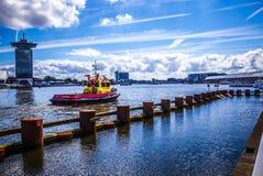 AMSTERDAM NEDERLÄNDERNA - AUGUSTI 15, 2016: Berömda byggnader av närbilden för Amsterdam stadsmitt Royaltyfria Foton