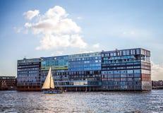 AMSTERDAM NEDERLÄNDERNA - AUGUSTI 15, 2016: Berömda byggnader av närbilden för Amsterdam stadsmitt Allmän landskapsikt av staden Arkivfoton