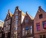 AMSTERDAM NEDERLÄNDERNA - AUGUSTI 15, 2016: Berömda byggnader av närbilden för Amsterdam stadsmitt Allmän landskapsikt av stadsst Arkivfoton
