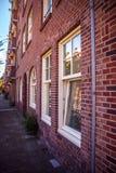 AMSTERDAM NEDERLÄNDERNA - AUGUSTI 15, 2016: Berömda byggnader av närbilden för Amsterdam stadsmitt Allmän landskapstadssikt Royaltyfri Foto