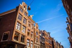 AMSTERDAM NEDERLÄNDERNA - AUGUSTI 15, 2016: Berömda byggnader av närbilden för Amsterdam stadsmitt Allmän landskapstadssikt Royaltyfri Bild
