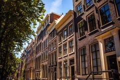 AMSTERDAM NEDERLÄNDERNA - AUGUSTI 15, 2016: Berömda byggnader av närbilden för Amsterdam stadsmitt Allmän landskapstadssikt Fotografering för Bildbyråer