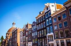AMSTERDAM NEDERLÄNDERNA - AUGUSTI 15, 2016: Berömda byggnader av närbilden för Amsterdam stadsmitt Allmän landskapstadssikt Arkivfoton