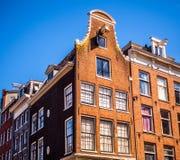 AMSTERDAM NEDERLÄNDERNA - AUGUSTI 15, 2016: Berömda byggnader av närbilden för Amsterdam stadsmitt Allmän landskapstadssikt Arkivfoto