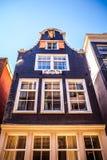 AMSTERDAM NEDERLÄNDERNA - AUGUSTI 15, 2016: Berömda byggnader av närbilden för Amsterdam stadsmitt Allmän landskapstadssikt Arkivbild