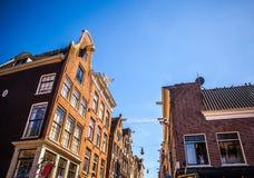 AMSTERDAM NEDERLÄNDERNA - AUGUSTI 15, 2016: Berömda byggnader av närbilden för Amsterdam stadsmitt Allmän landskapstadssikt Arkivbilder